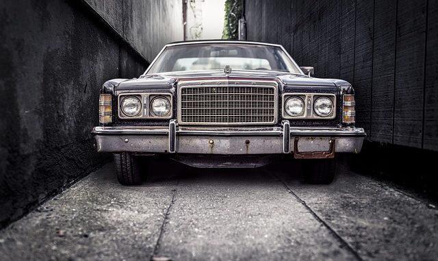 stary ford w ciemnym zaułku